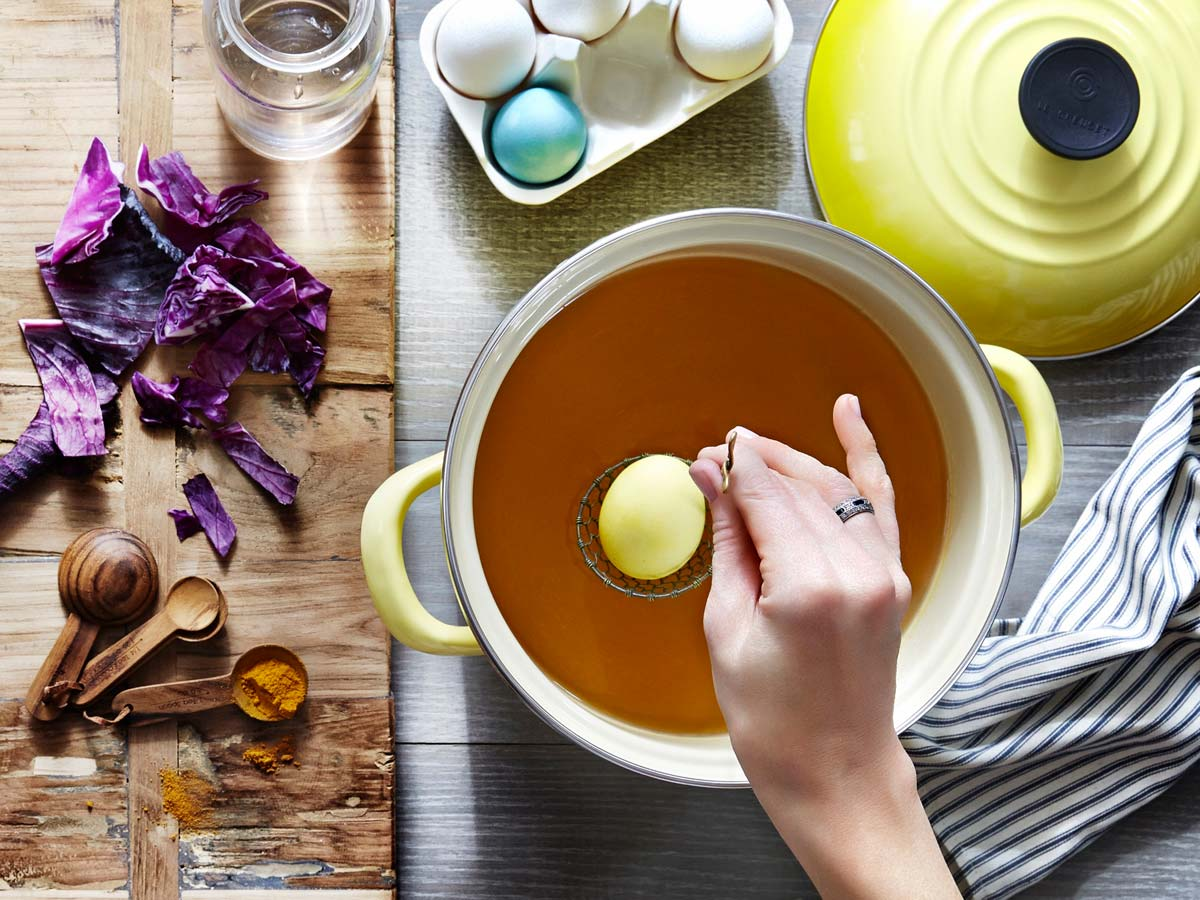 Le Creuset - How to naturally dye Easter eggs